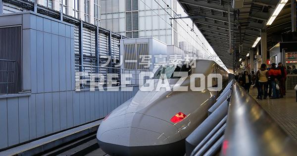 東京駅で出発を待つ新幹線N700系