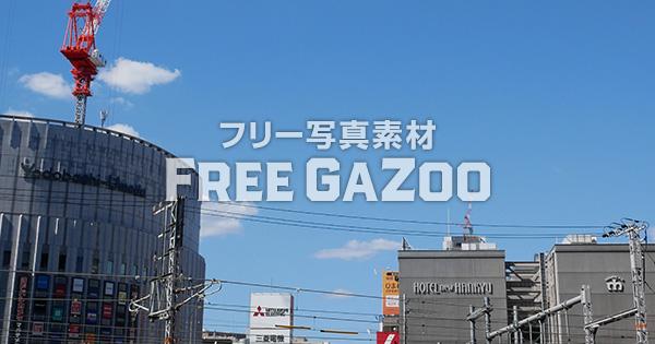 青空とJR大阪駅北側のビル群